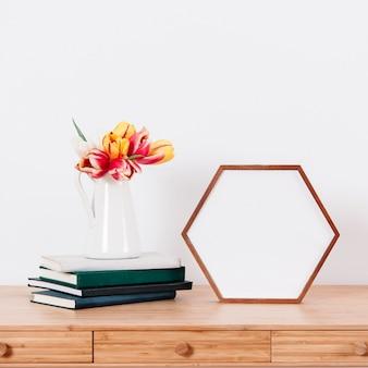 Bloemen en fotolijst op tafel