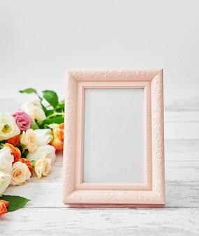 Bloemen en fotolijst, vrouwendag. moederdag wenskaart.