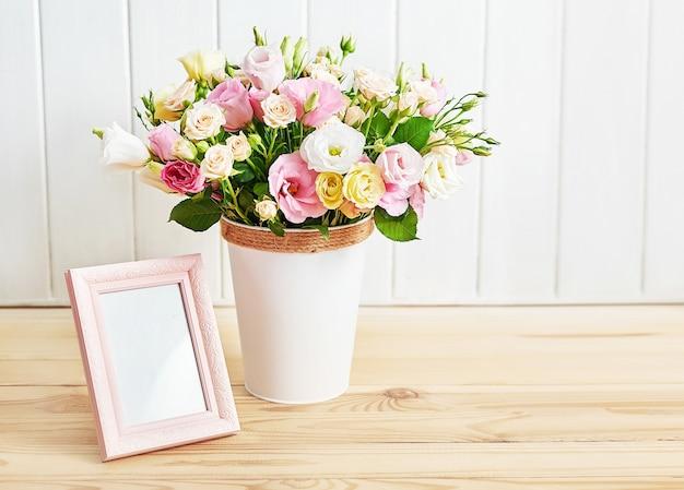 Bloemen en fotolijst, vrouwendag.