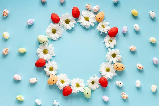 Bloemen en geschilderde eierencirkel op lijst
