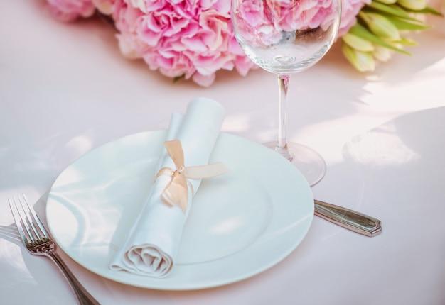 Bloemen en glazen plaat vork mes op tafel bestek eten lunch party concept