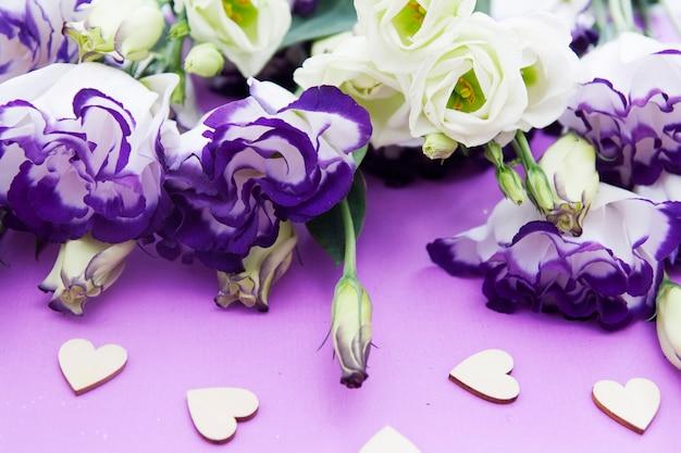 Bloemen en harten op een lila achtergrond