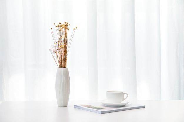 Bloemen en koffie op de tafel