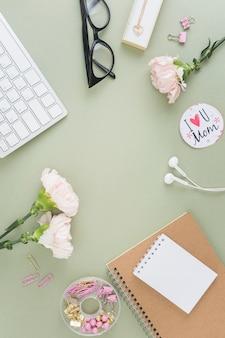 Bloemen en notitieboekjes lagen plat