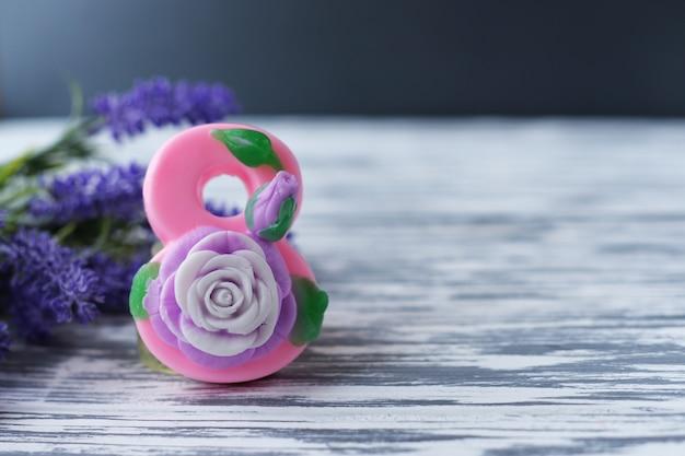 Bloemen en nummer 8 roze zeep voor een cadeau voor de vrouwenvakantie