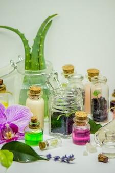 Bloemen en plantenextracten in kleine flesjes. selectieve aandacht.