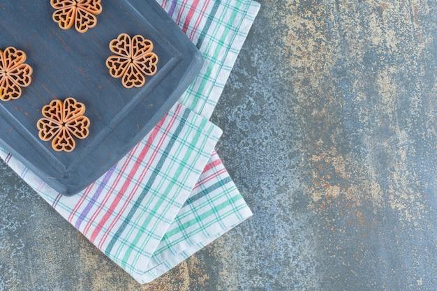Bloemen gemaakt van macaroni, op de marmeren achtergrond.