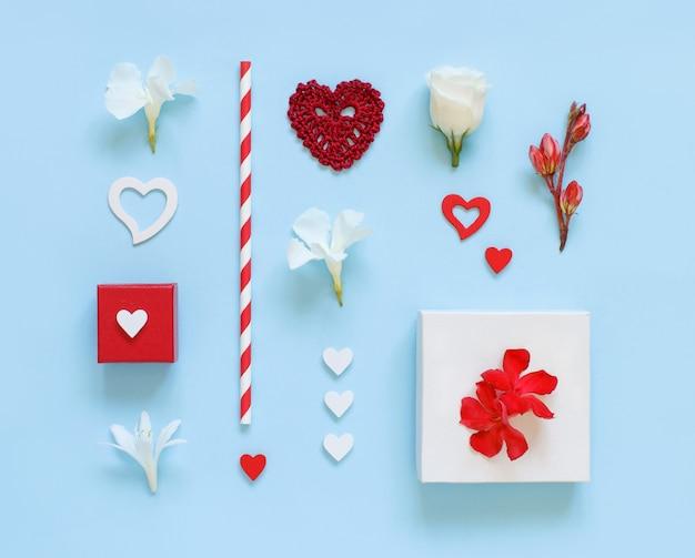 Bloemen, geschenkdozen en hartjes op een lichtblauw bovenaanzicht