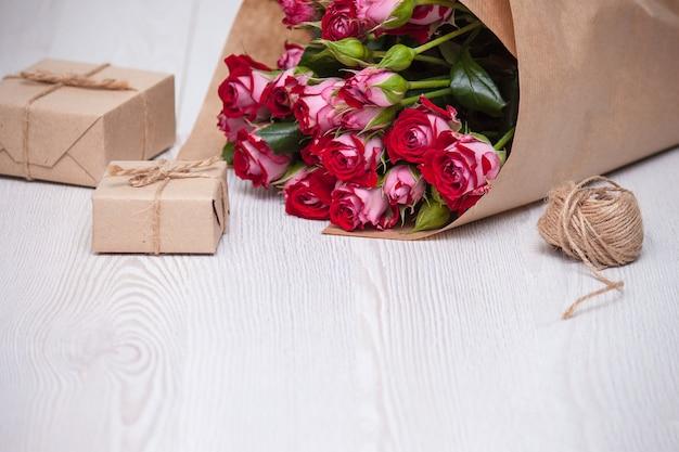 Bloemen, geschenkdozen van milieuvriendelijke materialen. natuurlijk concept voor vakanties.