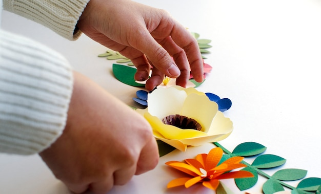 Bloemen handgemaakte papercraft kunst holding hand