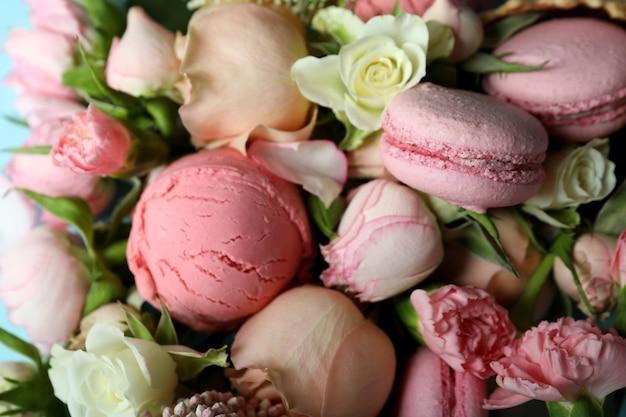 Bloemen, ijs en bitterkoekjes, close-up