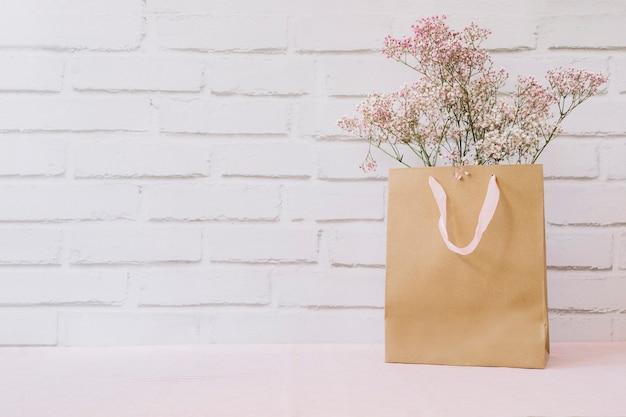 Bloemen in boodschappentas