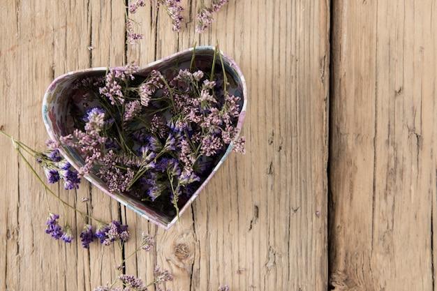 Bloemen in doos in hartvorm
