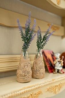 Bloemen in een glazen vaas voor home decor.
