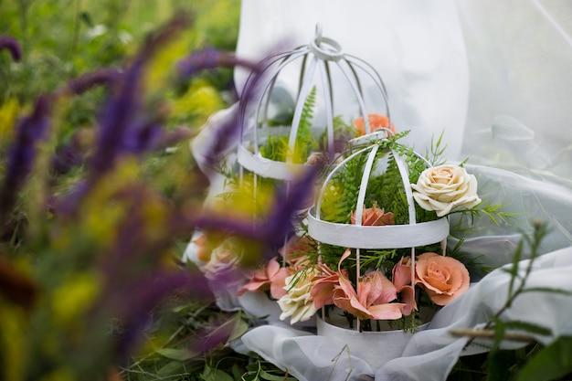 Bloemen in een kooi. de kunst van de bloemisterij. het landschap voor de fotoshoot