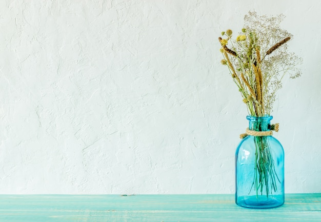 Bloemen in een vaas op tafel.