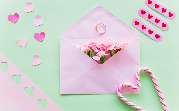 Bloemen in envelop met trouwring