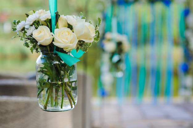 Bloemen in glazen pot
