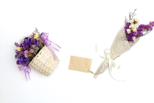 Bloemen in purpere uitstekende retro stijl die op witte achtergrond wordt geïsoleerd.
