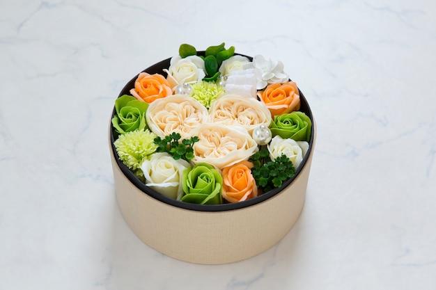Bloemen in ronde emmer