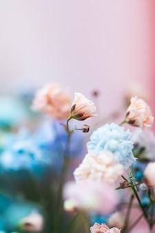 Bloemen in tuin bloemenschoonheid en botanische achtergrond voor huwelijksuitnodiging en wenskaart natuur en milieu concept