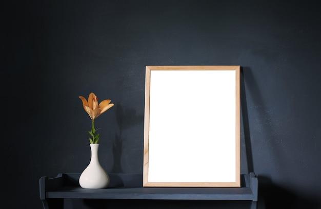 Bloemen in vaas en houten frame op donkere muur als achtergrond