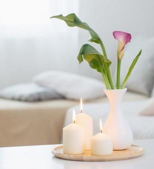 Bloemen in vaas op witte tafel binnen