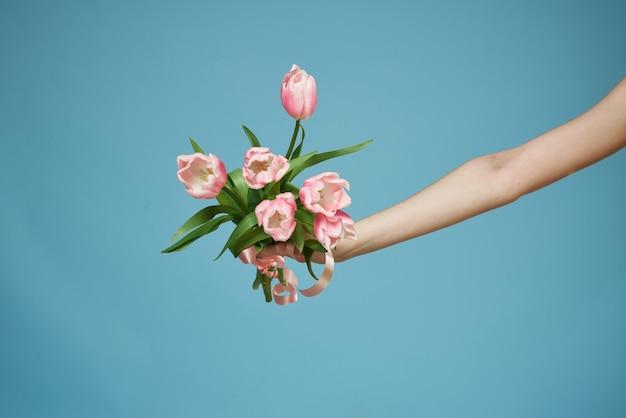 Bloemen in vrouw handen cadeau vakantie romantiek levensstijl