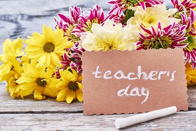 Bloemen, krijt, wenskaart. laten we onze leerkrachten feliciteren.