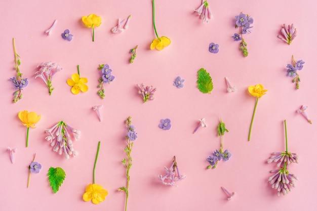 Bloemen lente achtergrond met lila mooie bloemen compositie en een plek voor tekst