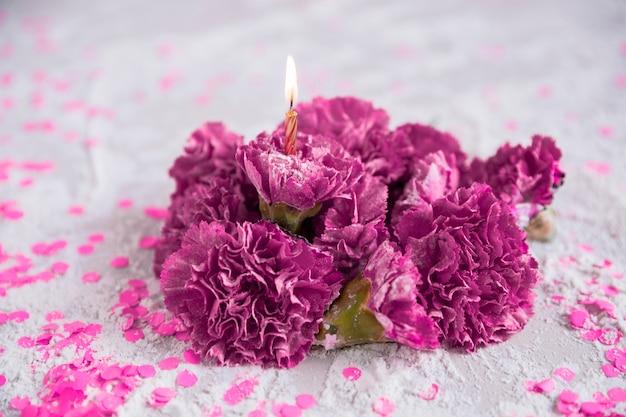 Bloemen met aangestoken kaars