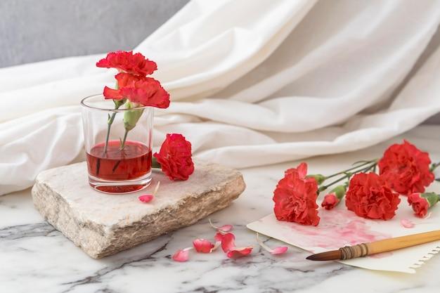 Bloemen met glas ernaast