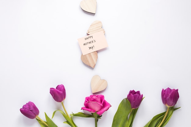 Bloemen met happy mothers day-inscriptie en harten