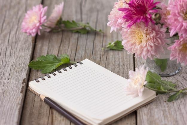 Bloemen met laptop op houten tafel