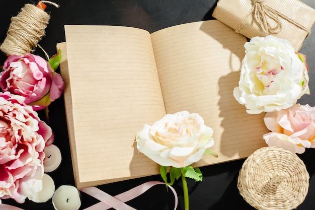 Bloemen met lege vintage notebook voor uw ontwerp