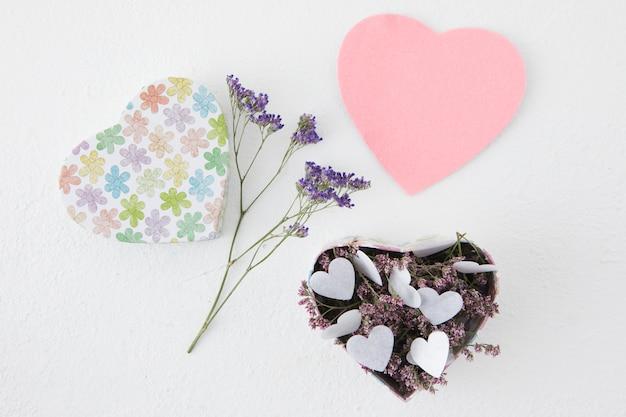 Bloemen met papieren hartjes in doos
