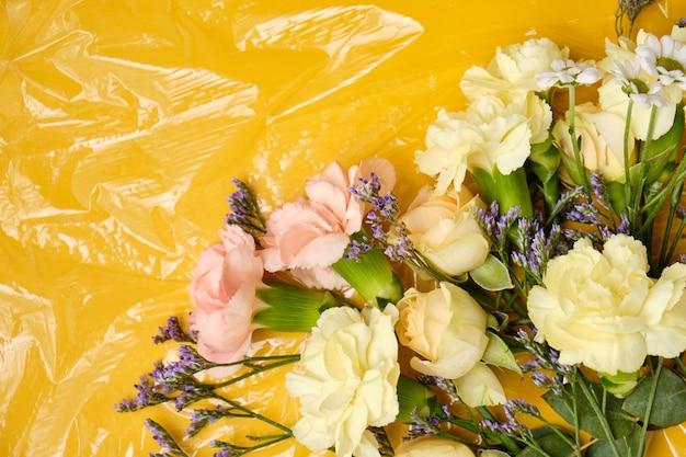 Bloemen onder een transparante film. polyethyleenfilm