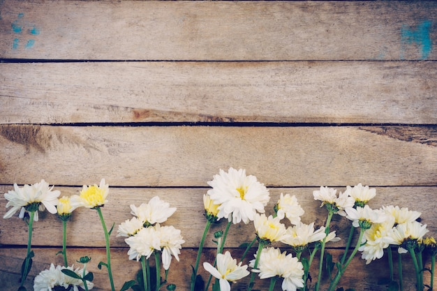 Bloemen op de oude textuur en achtergrond van de grunge houten lijst met exemplaarruimte.