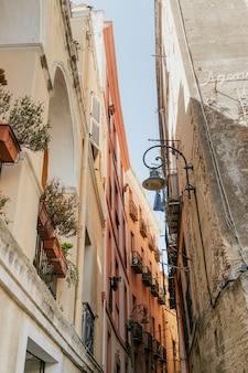 Bloemen op een balkon in cagliari, sardinië, italië