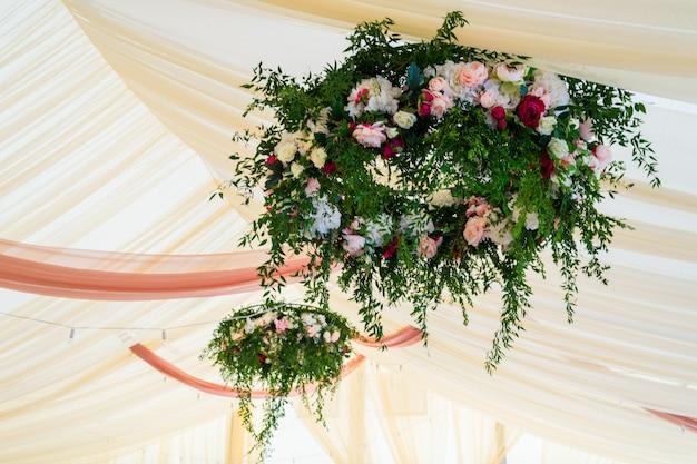 Bloemen op een bruiloft in een tent
