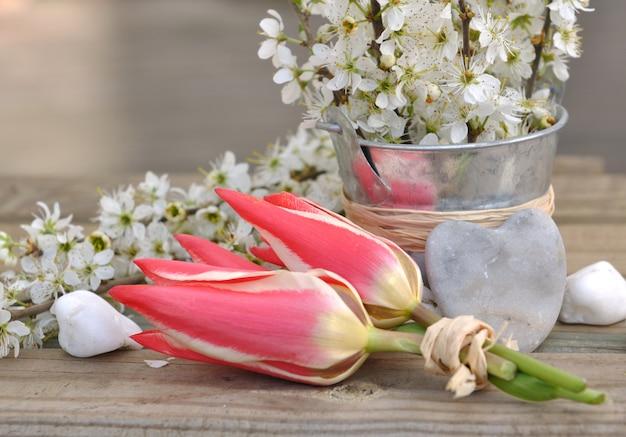 Bloemen op een emmer en bloemen op de tafel