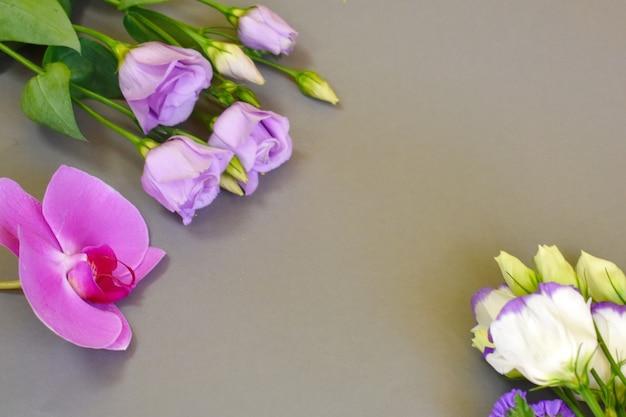 Bloemen op een grijze achtergrond voor moederdag.