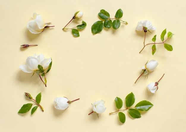 Bloemen op een lichtgele achtergrond bovenaanzicht