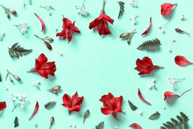 Bloemen op een lichtgroene achtergrond bovenaanzicht