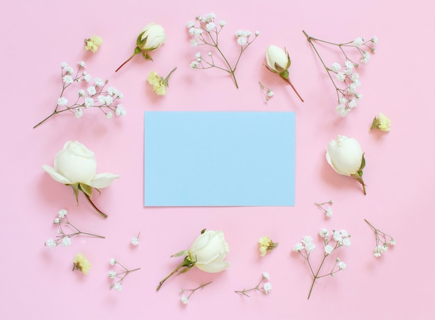 Bloemen op een lichtroze achtergrond bovenaanzicht