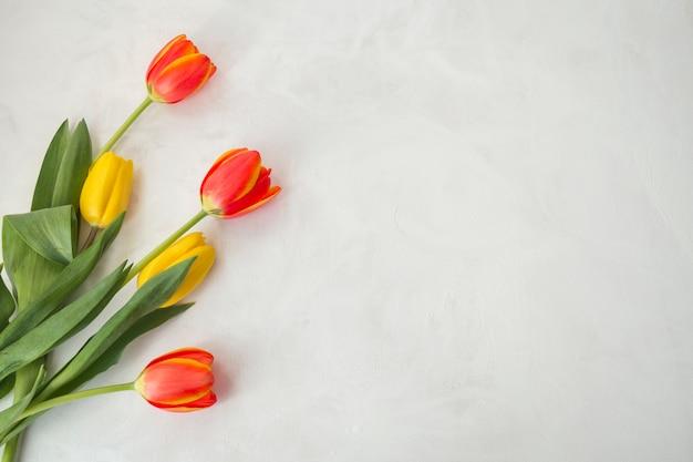 Bloemen op grijs bureau worden geplaatst dat