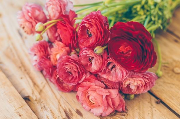 Bloemen op hout
