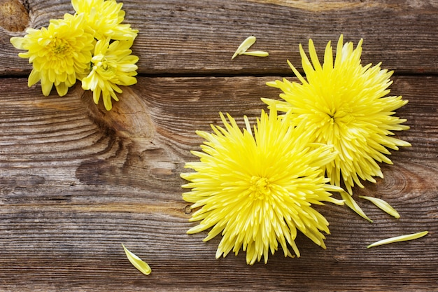 Bloemen op houten tafel