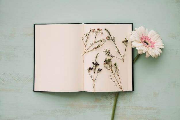 Bloemen op pagina's van een notebook