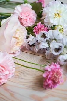 Bloemen op rustieke houten plankenachtergrond